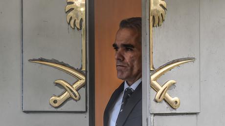 Saudischer Beamter schaut aus dem Haupteingang des saudi-arabischen Konsulats in Istanbul.