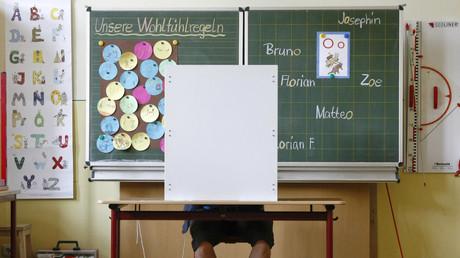Lehrerpult als Wahlkabine in einer Schule in Jena, Deutschland, 30. August 2009.