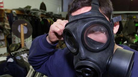 Ein Kunde probiert eine Gasmaske in einem Armeegeschäft in London, Großbritannien, 25. September 2001