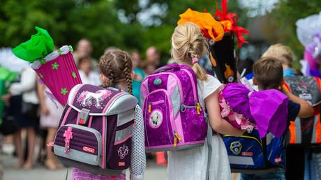 Schultaschen auf dem Rücken und Zuckertüten in den Händen gehören bei Erstklässlern am ersten Tag in der Schule quasi zur Grundausstattung. Zu Beginn des Schuljahres 2017/2018 wurden in Deutschland insgesamt 725.257 Kinder eingeschult.