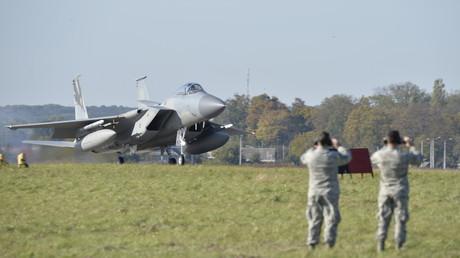 Ein F-15C-Eagle-Kampfflugzeug der U.S. Air Force landet zum ersten Mal auf ukrainischem Boden, um an