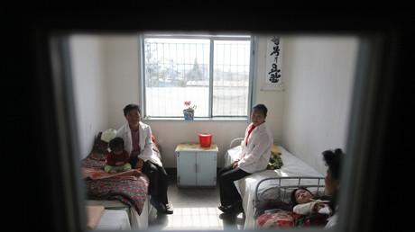 Frauen mit ihren kranken Kindern im Krankenhaus von Haeju, Nordkorea, 30. September 2011.