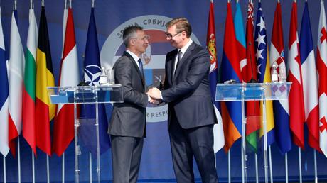 Serbiens Präsident Aleksandar Vučić (rechts) empfängt NATO-Generalsekretär Jens Stoltenberg anlässlich einer gemeinsamen Militärübung im serbischen Mladenovac .