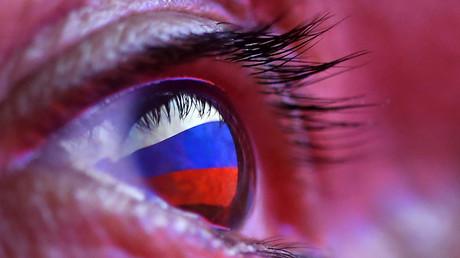 Reflexion einer russischen Flagge, 4. Oktober 2018.