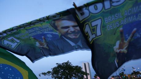 Das Konterfei von Jair Bolsonaro ziert ein Banner, das seine Unterstützer in Brasília aufgehängt haben.