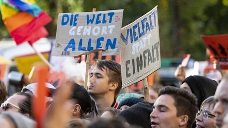 Am 3. Oktober 2018 demonstrierten Tausende in Berlin für Vielfalt und Toleranz. Am Samstag wollen sich nun Zehntausende bei der Protestkundgebung #Unteilbar versammeln, um für eine tolerantere Gesellschaft, gegen Hass und Rassismus zu demonstrieren.