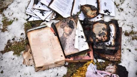 In einem Brandanschlag auf die orthodoxe Kirche des Hl. Wladimir des Moskauer Patriarchats in der ukrainischen Stadt Lwiw zerstörte Kirchenliteratur.