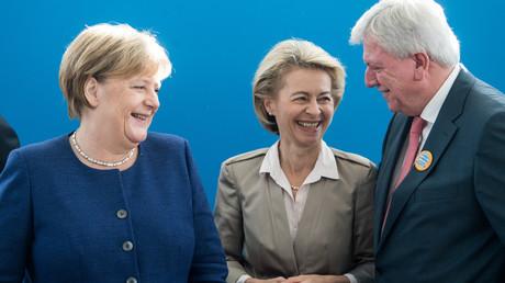 Gute Laune am 15. Oktober im Konrad-Adenauer-Haus in Berlin: Bundeskanzlerin und Vorsitzende der CDU, Angela Merkel, Verteidigungsministerin Ursula von der Leyen und Hessens Ministerpräsident Volker Bouffier im Gespräch vor Beginn der Sitzung des CDU-Vorstands.