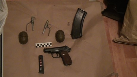 Symbolbild: Sichergestellte Waffe und Handgranaten