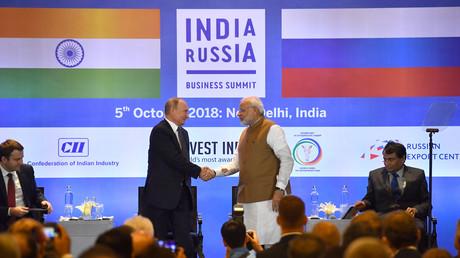 Der russische Präsident Vladimir Putin schüttelt dem indischen Premierminister Narendra Modi die Hand, während er am 5. Oktober 2018 an einem russisch-indischen Wirtschaftsgipfel in Neu-Delhi teilnimmt.
