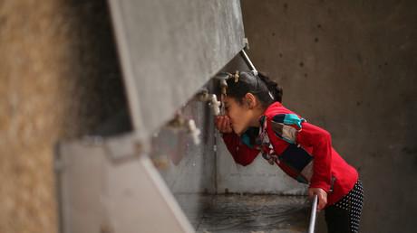 Ein palästinensisches Mädchen trinkt aus einer öffentlichen Trinkwasserquelle im Jabaliya Flüchtlingscamp im nördlichen Gazastreifen, 24. Januar 2017.