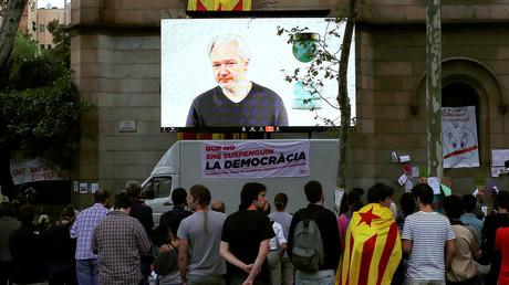 Im September 2017 hatte er noch Internet: Julian Assange während einer Live-Videokonferenz für ein Kolloquium zugunsten des katalanischen Unabhängigkeitsreferendums (Barcelona).