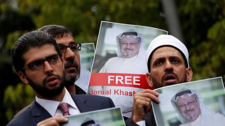 Menschenrechtsaktivisten und Freunde des saudischen Journalisten Djamal Chaschukdschi protestieren vor dem saudischen Konsulat in Istanbul, Türkei.