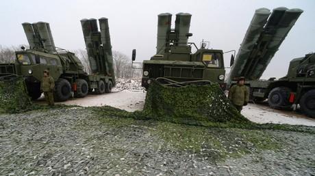 380 Kilometer Reichweite – neue Langstreckenrakete für S-400-Flugabwehrsystem in den Dienst gestellt (Archivbild: S-400-Lenkwaffenträger beziehen Stellung in der Primorje-Region im Fernen Osten Russlands)