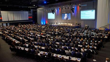 Blick über die gut gefüllten Besucherreihen des dritten Russlandtages in der Rostocker Stadthalle während der Ansprache der Ministerpräsidentin von Mecklenburg-Vorpommern Manuela Schwesig.