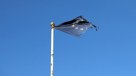 Ramponierte EU-Flagge am Strand von Great Yarmouth, England