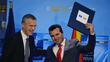 NATO-Generalsekretär Jens Stoltenberg (l.) und der mazedonische Premierminister Zoran Zaev auf dem NATO-Gipfel der Staats- und Regierungschefs in Brüssel, 12. Juli 2018.