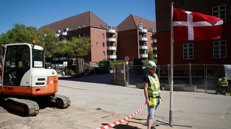 Symbolbild: Ein Arbeiter steht auf der anderen Seite des Ghettos Mjölneparken, wo ein Neubauprojekt entstehen soll, Dänemark, 8. Mai 2018.