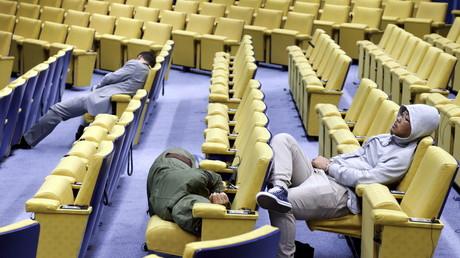 Symbolbild: Schlafende Reporter im Europäischen Rat, Brüssel, Belgien, 13. Juli 2015.