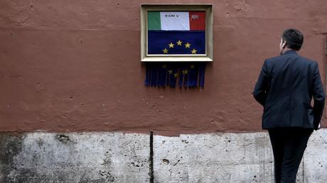 Ein Mann starrt auf eine Installation des italienischen Künstlers Maupal. Sie zeigt, wie die europäische Flagge geschreddert wird, um die italienische Flagge freizulegen. Die Installation ist inspiriert vom Künstler Banksy, der eines seiner Werke nach einer Auktion bei Sotheby's zerstörte.