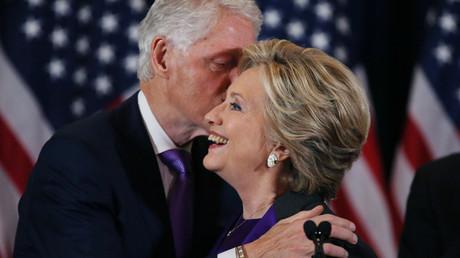 Hillary Clinton mit ihrem Ehemann, dem ehemaligen Präsidenten Bill Clinton, New York, USA, 9. November 2016.