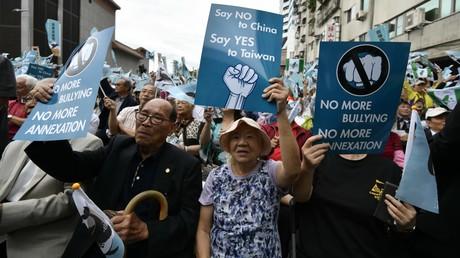 Pro-taiwanische Unabhängigkeitsaktivisten fordern ein Referendum  vor dem Hauptsitz der regierenden Demokratischen Progressiven Partei (DPP) während einer Demonstration in Taipeh am 20. Oktober 2018.