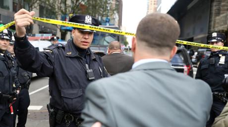Polizei lässt einen Passanten durch die Absperrung vor dem Time Warner Center, New York, 24. Oktober 2018.