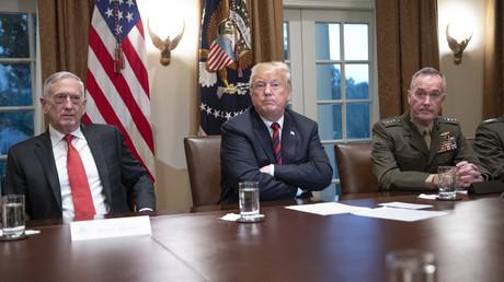 In jedem dritten Land der Welt gibt es mindestens einen US-Militärstützpunkt. Ist dies etwa kein globaler Anspruch? Im Bild: US-Präsident Donald Trump mit US-Verteidigungsminister James Mattis (links) und dem Chef des Generalstabes General Joseph F. Dunford (rechts) in seinem Kabinett.