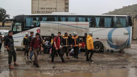 Mitglieder der Weißhelme werden zusammen mit islamistischen Kämpfern werden aus Qalaat al-Mudiq im Norden der Provinz Hama evakuiert.