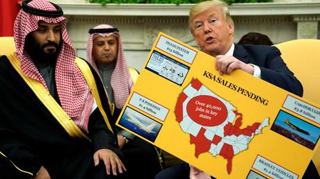 Während des Besuches des saudischen Kronprinzen Mohammed bin Salman im Weißen Haus präsentierte US-Präsident Donald Trump eine Karte zu den Rüstungsgeschäften beider Länder. (20. März 2018)