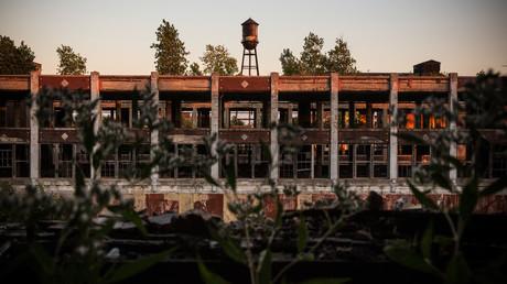 Ruinen im verlassenen ehemaligen Packard Autowerk in Detroit, Michigan. Das Packard Werk war eine 3,5 Millionen Quadratfuß große Autofabrik, die 1911 fertiggestellt wurde. Der Großbetrieb wurde 1958 eingestellt, obwohl das Werk bis in die 1990er Jahre hinein in begrenztem Umfang genutzt wurde.