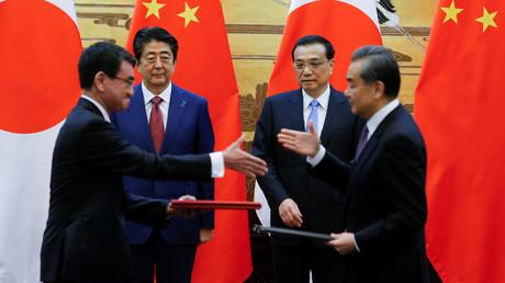 Chinesischer Premier Li Keqiang, japanischer Premierminister Shinzo Abe, chinesischer Außenminister Wang Yi, japanischer Außenminister Taro Kono  bei einer Zeremonie in Peking, China, 26. Oktober 2018.