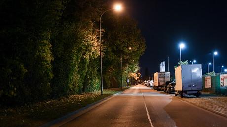 Industriegebiet mit einem Waldstück im Norden von Freiburg. An diesem Ort wurde am 14. Oktober eine 18-jährige Frau von einer Gruppen von Männern vergewaltigt.