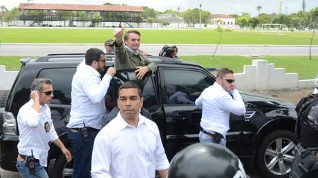 Umringt von einem starken Aufgebot von Sicherheitskräften fährt Bolsonaro ins Wahllokal in Rio de Janeiro.