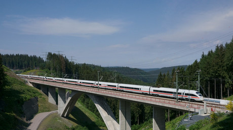 ICE der Deutschen Bahn auf der Strecke von Erfurt nach Nürnberg