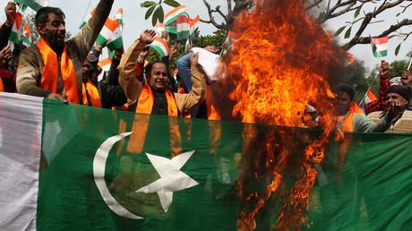 Indische Anhänger der nationalistischen Hindu-Dogra-Front und Shiv Sena verbrennen die pakistanische Nationalflagge während einer Protestkundgebung in Dschammu am 11. Februar 2018.