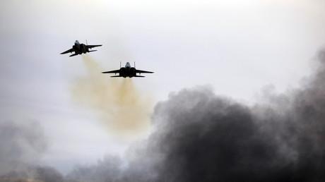 (Symbolbild). Flugzeuge der israelischen Luftwaffe F-15 während einer Luftdemonstration bei einer Graduierungszeremonie für israelische Luftwaffenpiloten auf der Luftwaffenbasis Hatzerim im Süden Israels, 27. Dezember 2017.