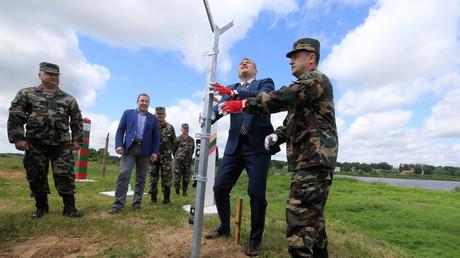 Der Kommandand der lettischen Grenzwachen, Renate Pozela (Rechts) und Innenminister Eimutis Misiunas (Zweiter von Rechts) installieren den ersten Pfosten nahe dem Sudargas Grenzübergang mit Russland in Ramoniskiai, Lettland, 5. Juni 2017.