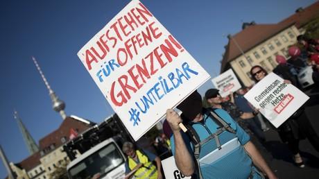 Beispiel für Gesinnungsethik?: Ein Demonstrant fordert offene Grenzen während der