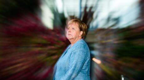 Bundeskanzlerin Merkel wartet vor dem Kanzleramt auf das Eintreffen ihrer Gäste zum Anlass der jüngsten Afrika-Konferenz