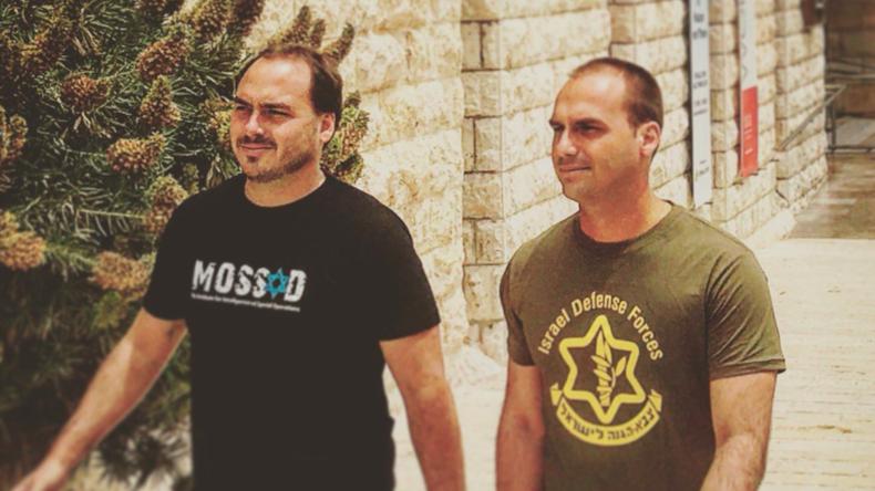 """""""Mossad"""" und """"IDF"""" auf T-Shirts - Foto von Söhnen des künftigen Präsidenten Brasiliens geht viral"""