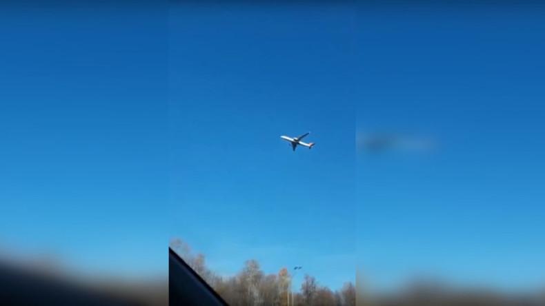 In der Luft stehendes Passagierflugzeug sorgt für wilde Theorien in sozialen Medien (Video)