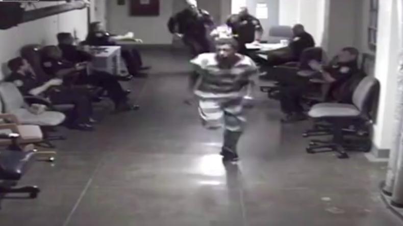 Verfolgungsjagd zu Fuß: US-Häftling versucht Flucht aus US-Gerichtsgefängnis (VIDEO)