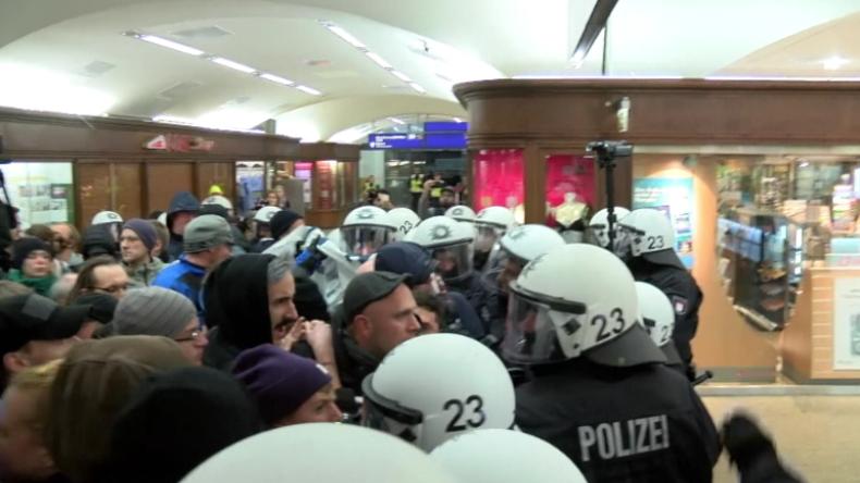 Hamburg: 2.000 Menschen protestieren gegen Merkel-Gegner - Polizei stößt mit Antifa zusammen