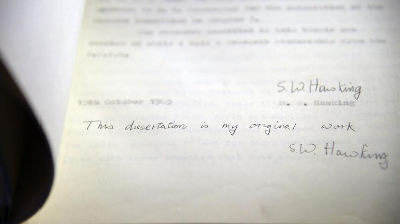Stephen Hawkings Rollstuhl und Dissertation versteigert