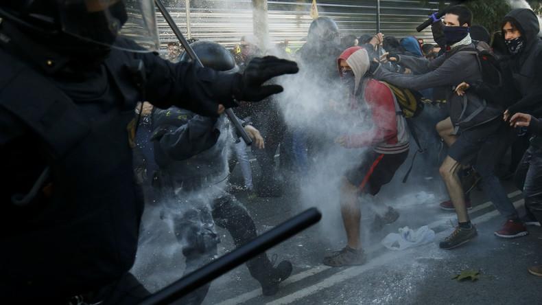Polizei drängt Separatistendemo in Barcelona mit Schlagstöcken zurück
