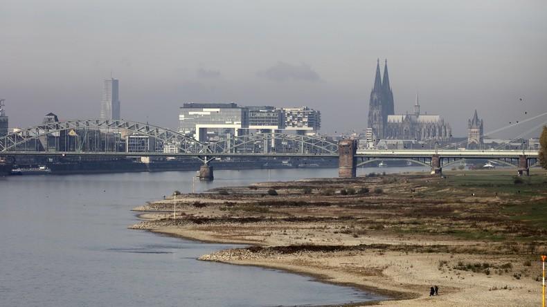 Tanker läuft in Köln bei Niedrigwasser auf Grund