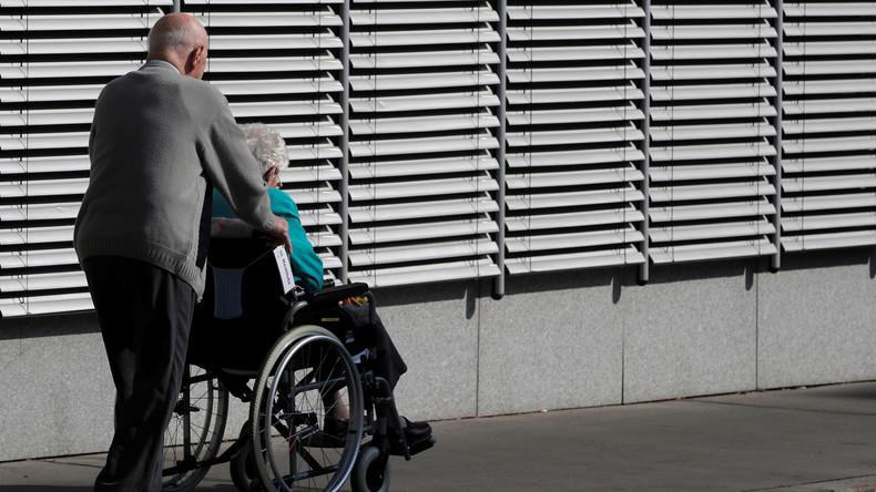 Pflegeheim lässt 91-jährigen Besucher festnehmen, als er seine Ehefrau küssen will