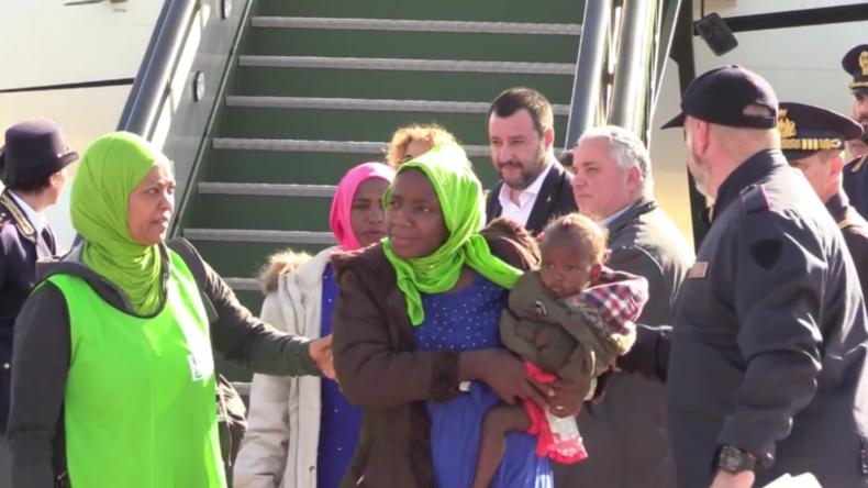 """Italien: """"Keine Geste für Kameras"""" - Salvini empfängt 51 Migranten"""