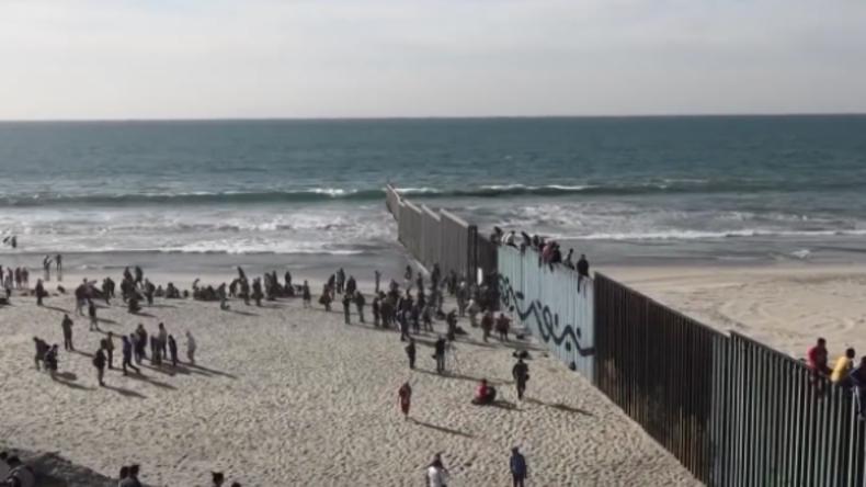 """""""Wir werden nicht zulassen, dass sie uns überrennen!"""" Migranten erreichen und erklimmen US-Grenze"""